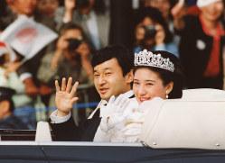 オープンカーから詰めかけた人たちに手を振る皇太子ご夫妻(現在の天皇、皇后両陛下)=東京・千代田区の最高裁判所前で 1993年6月9日午後、(代表撮影)