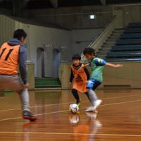 親子で激しくボールを奪い合う場面もあった、フットサルのミニゲーム=和歌山市土入の市民体育館で、山成孝治撮影