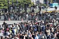 A crowd gathers before Nijubashi Bridge in Tokyo's Chiyoda Ward ahead of the parade to celebrate Emperor Naruhito's enthronement, on Nov. 10, 2019. (Mainichi/Yuki Miyatake)