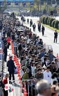 Crowds gather in Tokyo's Chiyoda Ward ahead of the parade to celebrate Emperor Naruhito's enthronement, on Nov. 10, 2019. (Mainichi/Yuki Miyatake)