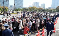 Police direct crowds to spots to see the Imperial Couple's parade from, in Tokyo's Chiyoda Ward, on Nov. 10, 2019 (Mainichi/Kentaro Ikushima)