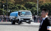 A sprinkler truck is seen watering streets set to be used as part of the Imperial couple's parade route in Tokyo's Chiyoda Ward ahead of the event on Nov. 10, 2019 (Mainichi/Kentaro Ikushima)