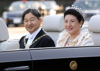Emperor Naruhito and Empress Masako leave for the parade to celebrate his enthronement, at the Imperial Palace in Tokyo on Nov. 10, 2019. (Mainichi/Masahiro Ogawa)