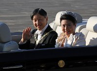 Emperor Naruhito and Empress Masako are seen travelling from the Imperial Palace during the parade to celebrate his enthronement, in Tokyo on Nov. 10, 2019. (Mainichi/Junichi Sasaki)