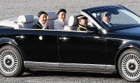 Emperor Naruhito and Empress Masako are seen waving to well-wishers during the parade to celebrate his enthronement, at the Imperial Palace in Tokyo on Nov. 10, 2019. (Mainichi/Tatsuro Tamaki)
