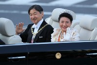 Emperor Naruhito and Empress Masako are seen waving to well-wishers during the parade to celebrate his enthronement, in Tokyo's Chiyoda Ward on Nov. 10, 2019. (Mainichi/Naoaki Hasegawa)