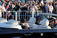 Emperor Naruhito and Empress Masako are seen waving to well-wishers during the parade to celebrate his enthronement, in Tokyo's Chiyoda Ward on Nov. 10, 2019. (Mainichi/Shinnosuke Kyan)