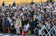 Crowds gathered to witness the parade to celebrate Emperor Naruhito's enthronement are seen in Tokyo's Chiyoda Ward on Nov. 10, 2019. (Mainichi/Naoaki Hasegawa)