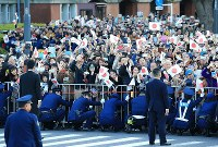 Crowds wave to the parade in celebration of Emperor Naruhito's enthronement, in Tokyo's Chiyoda Ward on Nov. 10, 2019. (Mainichi/Naotsune Umemura)