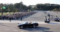 Emperor Naruhito and Empress Masako wave to crowds gathered for the parade in Tokyo to celebrate his enthronement on Nov. 10, 2019. (Mainichi/Yuki Miyatake)