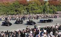 Crowds wave to the parade in celebration of Emperor Naruhito's enthronement, at the Imperial Palace in Tokyo on Nov. 10, 2019. (Mainichi/Tatsuro Tamaki)