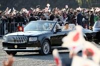 Emperor Naruhito and Empress Masako are seen waving to well-wishers during the parade to celebrate his enthronement, in Tokyo's Chiyoda Ward on Nov. 10, 2019. (Mainichi/Kentaro Ikushima)