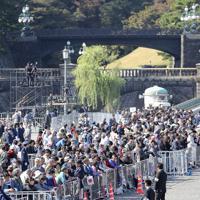 天皇陛下の即位を披露する祝賀パレード「祝賀御列の儀」を前に、二重橋前に集まった大勢の人たち=東京都千代田区で2019年11月10日午後0時10分、宮武祐希撮影