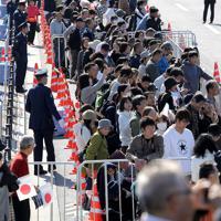 天皇陛下の即位を披露する祝賀パレード「祝賀御列の儀」を前に、沿道に集まった大勢の人たち=東京都千代田区で2019年11月10日午後0時12分、宮武祐希撮影