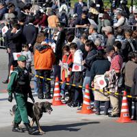 天皇陛下の即位を披露する祝賀パレード「祝賀御列の儀」を前に、沿道を警戒する警察犬=東京都千代田区で2019年11月10日午後0時8分、宮武祐希撮影