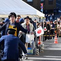 「祝賀御列の儀」を見るためにセキュリティーチェックを受ける人たち=東京都千代田区で2019年11月10日午後0時8分、大西岳彦撮影