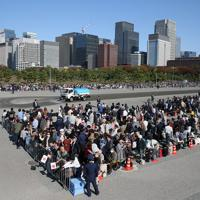 天皇陛下の即位を披露する「祝賀御列の儀」を前に、二重橋前に集まった大勢の人たち=皇居で2019年11月10日午後0時53分、玉城達郎撮影
