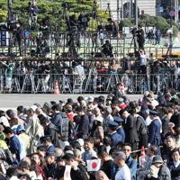 天皇陛下の即位を披露する「祝賀御列の儀」を前に、二重橋前に集まった大勢の人たちと報道陣=皇居で2019年11月10日午後1時6分、玉城達郎撮影