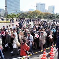 警察官の誘導で観覧場所に移動する大勢の人たち=東京都千代田区で2019年11月10日午前11時45分、幾島健太郎撮影