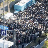 「祝賀御列の儀」を沿道で観覧するため、手荷物検査を受ける人たち=東京都千代田区で2019年11月10日午後1時50分、尾籠章裕撮影