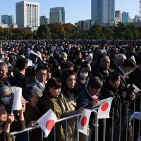 「祝賀御列の儀」を見るため皇居前に集まった人たち=皇居前広場で2019年11月10日午後2時35分、丸山博撮影