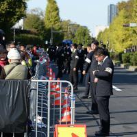 天皇陛下の即位を披露する「祝賀御列の儀」を待つ人たち=東京都千代田区永田町の国会議事堂前で2019年11月10日午後1時36分、宮本明登撮影