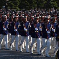 「祝賀御列の儀」の配置に向かう儀仗隊=皇居前広場で2019年11月10日午後2時45分、丸山博撮影