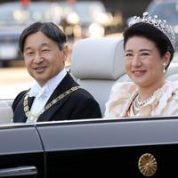 天皇陛下の即位を披露する「祝賀御列の儀」に出発される天皇、皇后両陛下=皇居・宮殿の南車寄せで2019年11月10日午後3時1分、小川昌宏撮影