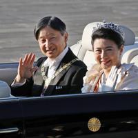 即位を祝うパレード「祝賀御列の儀」に臨まれる天皇、皇后両陛下=皇居・東庭で2019年11月10日午後3時1分、佐々木順一撮影