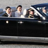 天皇陛下の即位を披露する「祝賀御列の儀」で、オープンカーから手を振られる天皇、皇后両陛下=皇居で2019年11月10日午後3時3分、玉城達郎撮影