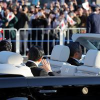 天皇陛下の即位を披露するパレード「祝賀御列の儀」でオープンカーから手を振られる天皇、皇后両陛下=東京都千代田区で2019年11月10日午後3時6分、喜屋武真之介撮影