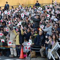天皇陛下の即位を披露する「祝賀御列の儀」に集まった大勢の人たち=東京都千代田区で2019年11月10日午後3時7分、長谷川直亮撮影