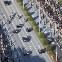 即位を披露する「祝賀御列の儀」で、沿道の人たちに手を振られる天皇、皇后両陛下=東京都千代田区で2019年11月10日、尾籠章裕撮影