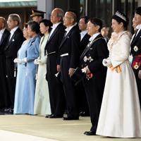 天皇陛下の即位を披露する「祝賀御列の儀」に出発するため、玄関に出られた天皇、皇后両陛下ら皇族方=皇居・宮殿の南車寄せで2019年11月10日午後2時58分、小川昌宏撮影