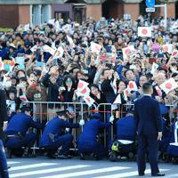 「祝賀御列の儀」で天皇、皇后両陛下に向かって手を振る沿道の人たち=東京都千代田区で2019年11月10日午後3時7分、梅村直承撮影