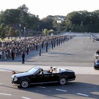 天皇陛下の即位に伴う祝賀パレード「祝賀御列の儀」で、沿道の人たちに手を振る天皇、皇后両陛下=東京都千代田区で2019年11月10日午後3時6分、宮武祐希撮影