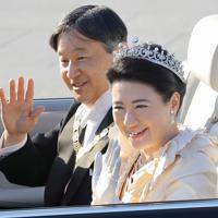 「祝賀御列の儀」で沿道の人たちに手を振られる天皇、皇后両陛下=東京都千代田区で2019年11月10日午後3時5分、宮武祐希撮影