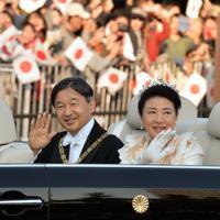 即位を披露する「祝賀御列の儀」で手を振られる天皇、皇后両陛下=東京都千代田区で2019年11月10日午後3時13分、武市公孝撮影
