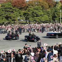 天皇陛下の即位を披露する「祝賀御列の儀」に臨まれる天皇、皇后両陛下に手を振る沿道の人たち=皇居で2019年11月10日午後3時4分、玉城達郎撮影