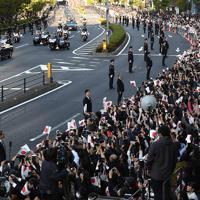 即位を披露する「祝賀御列の儀」で沿道の人たちに手を振られる天皇、皇后両陛下=東京都港区で2019年11月10日午後3時21分、宮間俊樹撮影
