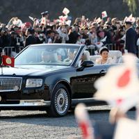 即位を披露する「祝賀御列の儀」で手を振られる天皇、皇后両陛下=東京都千代田区で2019年11月10日午後3時4分、幾島健太郎撮影