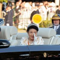 即位を披露する「祝賀御列の儀」でパレード中、目元を押さえられる皇后陛下=東京都千代田区で2019年11月10日午後3時13分、武市公孝撮影