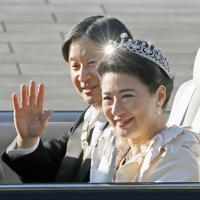 即位を祝うパレード「祝賀御列の儀」でオープンカーから手を振られる天皇、皇后両陛下=皇居・東庭で2019年11月10日午後3時1分、佐々木順一撮影