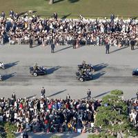大勢の人たちの間をゆっくりと進む祝賀御列の儀の車列=皇居前広場で2019年11月10日午後3時4分、代表ヘリから撮影