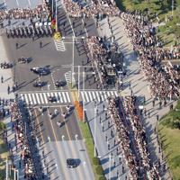 祝賀御列の儀で集まった大勢の人たち=東京都千代田区の二重橋前の信号付近で2019年11月10日午後3時5分、代表ヘリから撮影