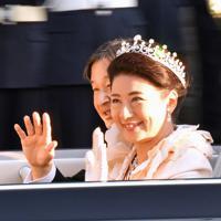 「祝賀御列の儀」でオープンカーから笑顔で手を振られる天皇、皇后両陛下=東京都港区元赤坂で2019年11月10日午後3時29分、野田武撮影