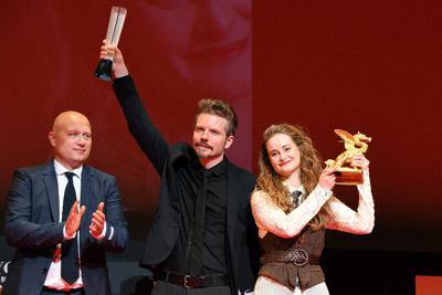 「わたしの叔父さん」が「東京グランプリ」を受賞しトロフィーを掲げるフラレ・ピーダセン監督(左)と主演のイェデ・スナゴー=滝川大貴撮影