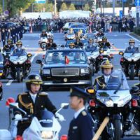 「祝賀御列の儀」で桜田門前へ向かう天皇、皇后両陛下を乗せた車列=東京都千代田区で2019年11月10日午後3時7分、梅村直承撮影