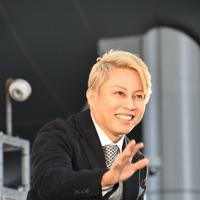 トークショー終了後、来場者に手を振る西川貴教さん=大阪市北区の大阪ステーションシティ「時空の広場」で2019年11月10日午後2時35分、成松秋穂撮影