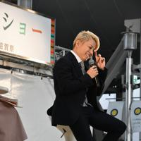 トークショーで自身が出演する「スカーレット」のVTRを視聴する西川貴教さん=大阪市北区の大阪ステーションシティ「時空の広場」で2019年11月10日午後2時8分、成松秋穂撮影